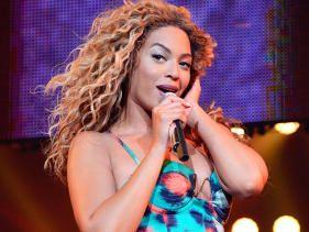 Fan throws wig at Beyoncé