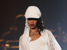 Rihanna asked to leave mosque